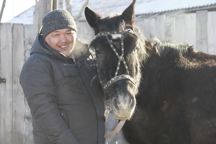 Верховых лошадей, с помощью которых пасут коров летом,  Борис Васильев холит и лелеет в загоне; остальной табун  на свободном выпасе