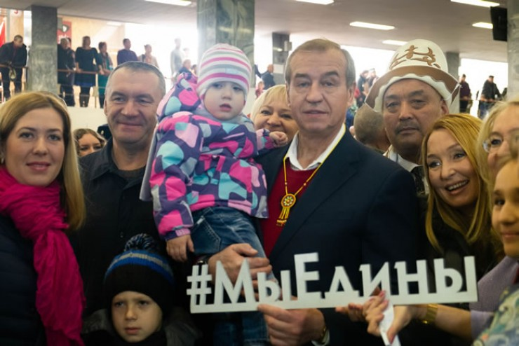 Праздничный концерт «Семейный фестиваль» и выставка ремёсел состоялись 4 ноября в иркутском Дворце спорта