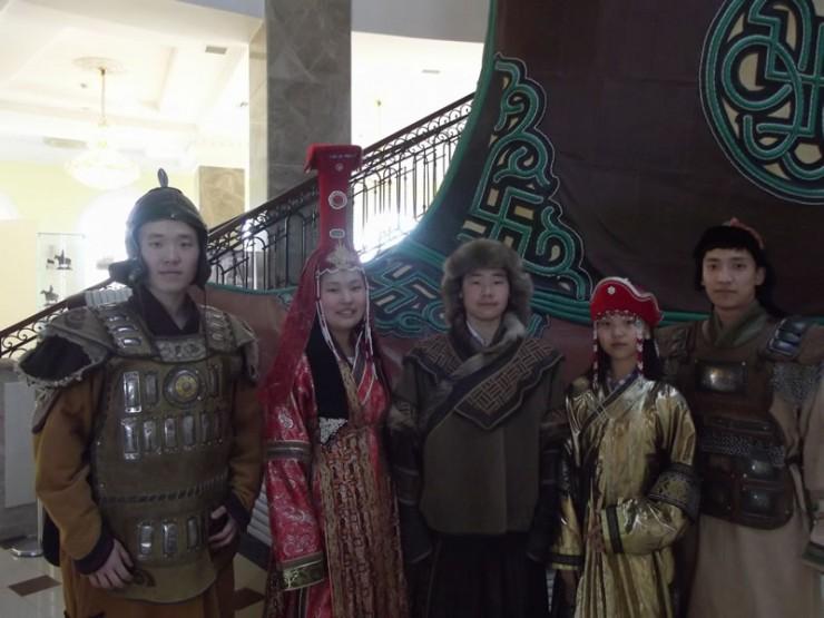 В старинных монгольских костюмах (слева направо) Лев Исаков, Дарима Баранникова, Андрей Тагнарханов, Нина Баранникова, Рустам Нургалиев