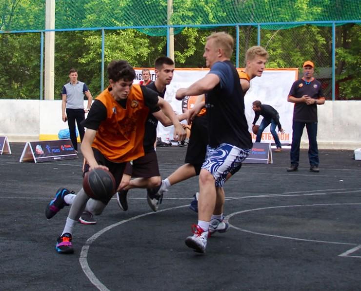 Баскетболисты не отдыхают — они летом тренируются. Занимаясь на открытых площадках, спортсмены получают опыт, который пригодится в сезоне.
