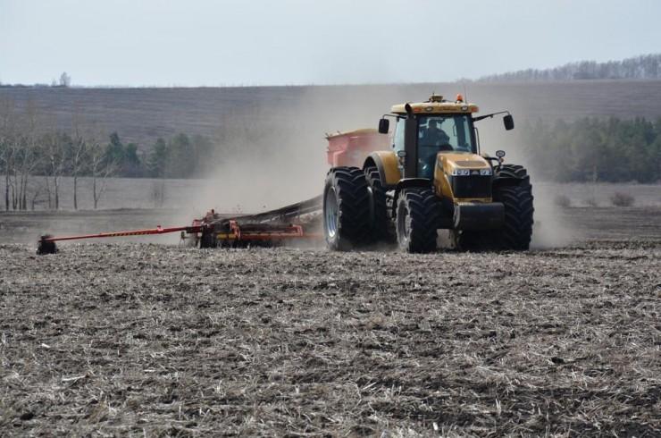 Под урожай 2019 года в хозяйствах УОБО подготовлено 57,6 тысячи га паров, 18,2 тысячи га зяби. Введено в оборот 5,3 тысячи неиспользуемой пашни.