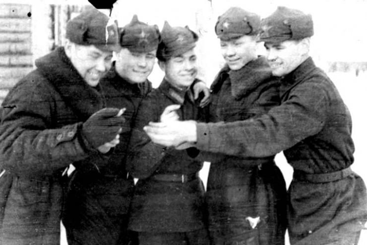 1942 год. Курсанты у полковой столовой на Белой: первый слева — командир экипажа Евгений Дергунов (через несколько месяцев 21-летний сержант погибнет в тренировочном полете).