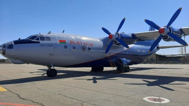 Белорусский военно-транспортный Ан-12 ждет дозаправки в иркутском аэропорту перед продолжением маршрута в Китай.