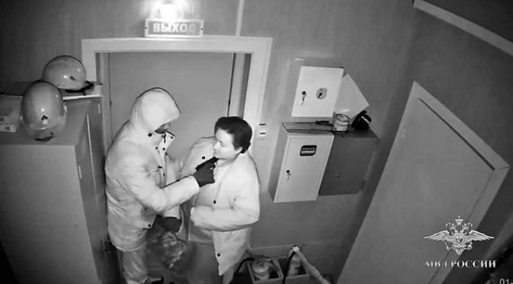 Со стороны ограбление иркутской  АЗС выглядело очень правдоподобно — мужчина, вооруженный пистолетом, напал на женщину и силой забрал деньги из сейфа. Но опытные полицейские очень быстро поняли, что имеют дело со спектаклем и пострадавших  в этой истории нет