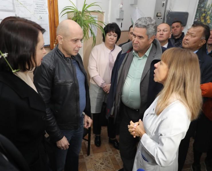 В Большееланской амбулатории нет проблем с кадрами. А вот благоустройство не помешает. Парламентарии ознакомились с проблемами и пообещали помочь.