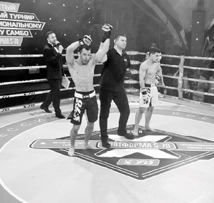 А это момент триумфа иркутянина Алексея Кима в Сочи на престижном турнире «ПЛОТФОРМА S-70», посвященном 80-летию самбо. Алексей выиграл бой у сильного спортсмена из Уругвая Эстебана Родригеза
