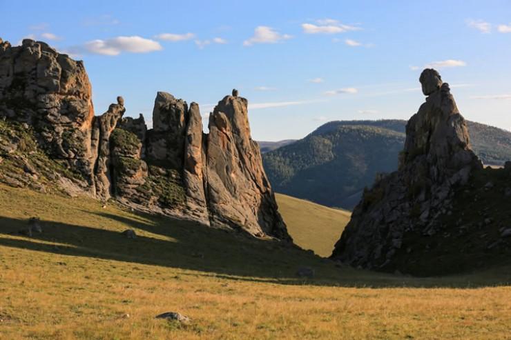 Скалы напоминают въезд в большую крепость