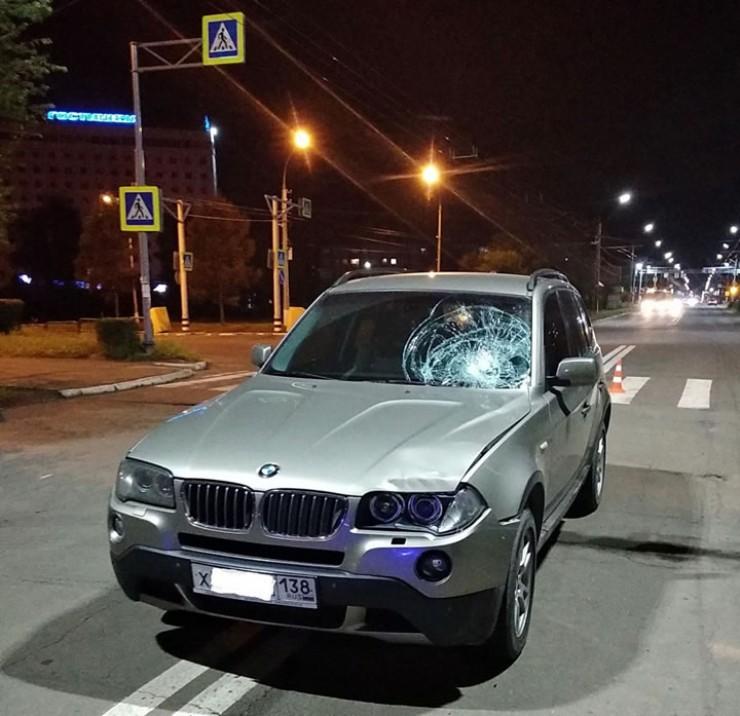 Владелец этого БМВ Х3 в пятницу вечером выпил лишнего и не стал садиться за руль. За руль сел его приятель, также нетрезвый. А затем на его пути оказалась группа студентов…