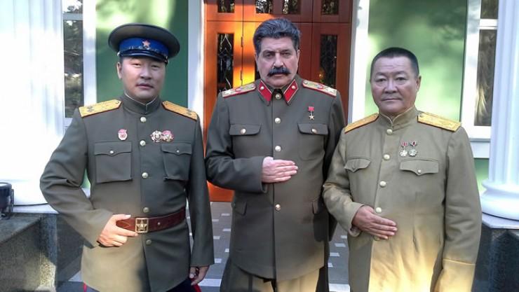 Два вождя — Сталин и Чойбалсан (справа), и адъютант (в жизни — главный спонсор кинопроекта)