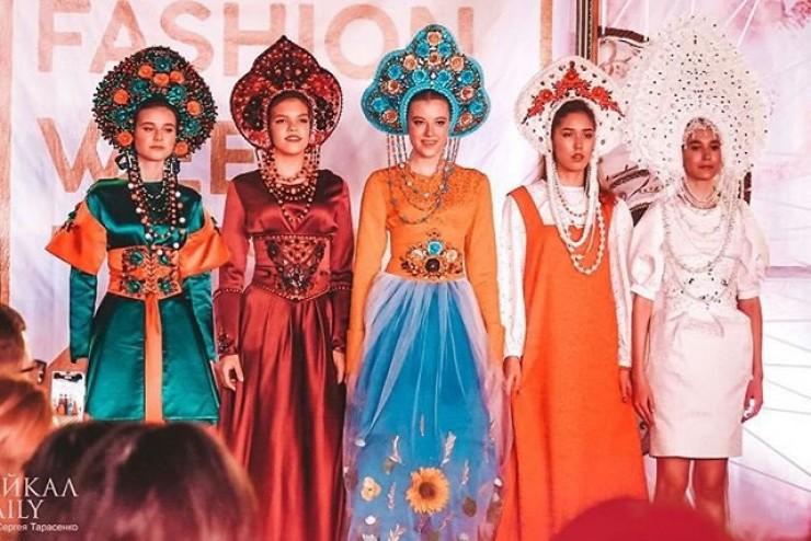 Виктория создает стилизованные кокошники. А недавно представила целую коллекцию, которая заняла первое место на конкурсе дизайнеров в Улан-Удэ.