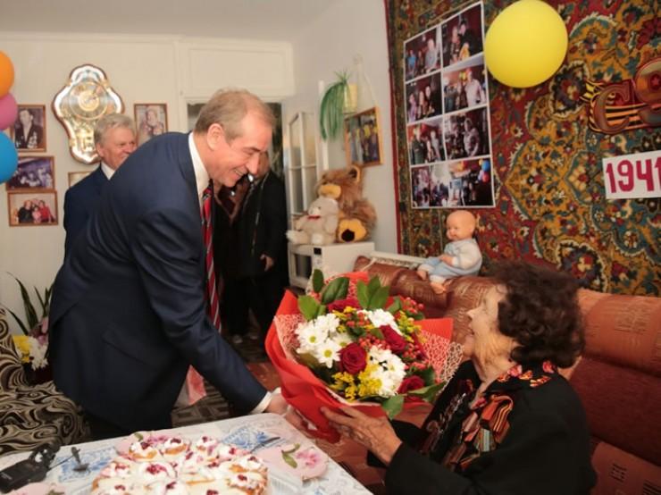 Сергей Левченко поздравил юбиляра и вручил ей цветы