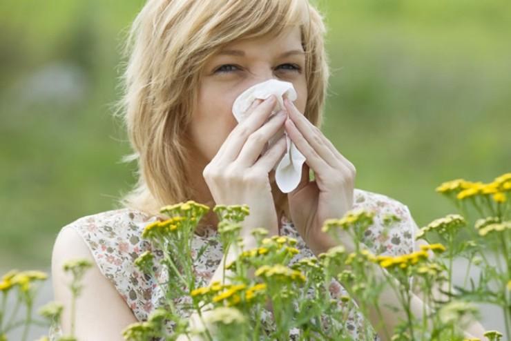 Те, кто страдает от пыльцы, не забудьте взять на дачу лекарства от аллергии. Тем более могут быть сюрпризы в виде укуса осы или ожога крапивой.