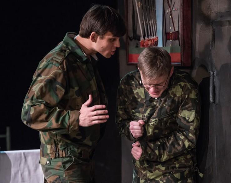 Актеры находятся совсем рядом со зрителем, благодаря этому можно прочувствовать каждую эмоцию. На большой сцене добиться такого эффекта невозможно.