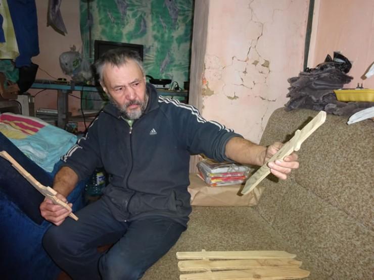 Идея начать вырезать игрушки из тонкой фанеры пришла иркутскому пенсионеру Масхуту Хусаинову всего пару месяцев назад: «Я просто увидел цены на деревянные игрушки в детском магазине и удивился — у них же себестоимость копеечная, а продают с колоссальной накруткой! Вырезаю, чтобы у каждого мальчишки был свой деревянный автомат, игрушку за 50 рублей все могут себе позволить»