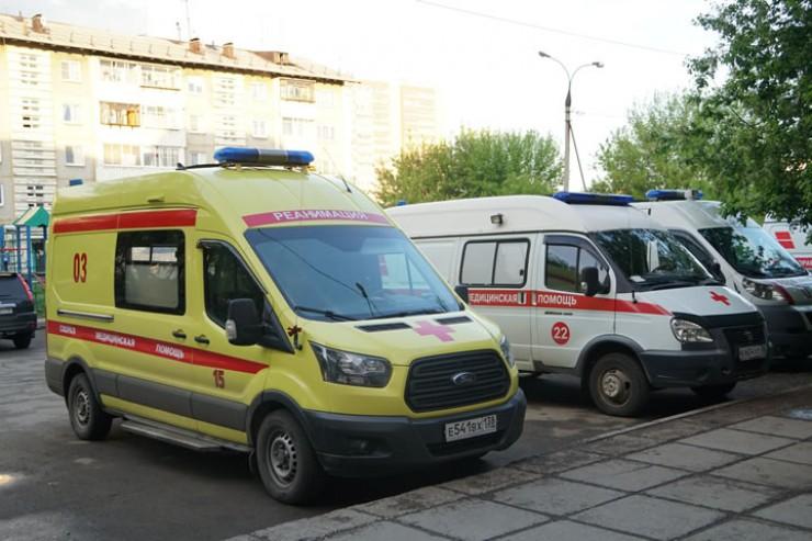 Весь медперсонал станции скорой помощи постоянно находится в зоне риска. Отправляясь на вызов, бригады медиков не знают, с каким диагнозом придется столкнуться…