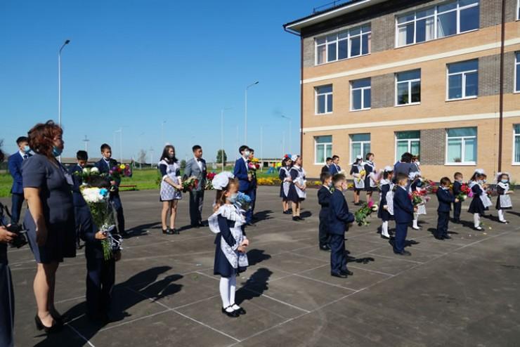 Молодые семьи привели своих детей в новую школу