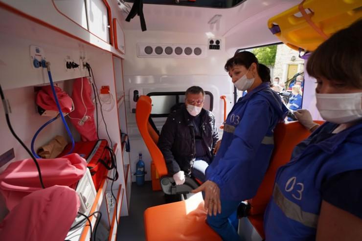 Медики Ангарской станции скорой помощи продемонстрировали оснащение современного санитарного автомобиля.