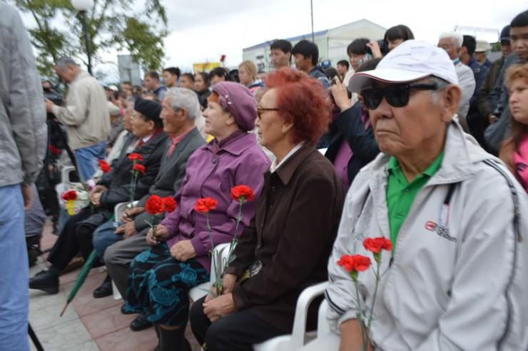На церемонию открытия памятника собрались ветераны, специально приехала делегация Баяндаевского района