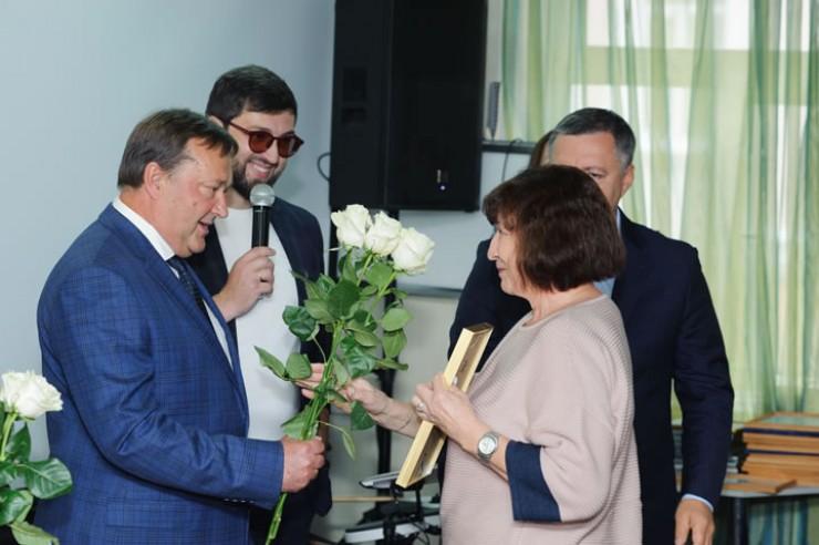 Главный врач ИМДКБ Владимир Новожилов вручил награды сотрудникам больницы.