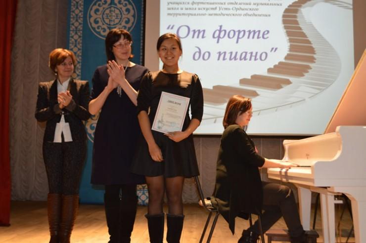 Победительница старшей группы Алена Баинова из Усть-Ордынского