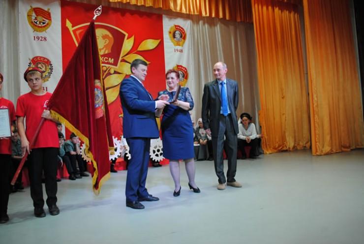 Ирина Слепова передаё т орден Трудового Красного Знамени  на хранение в музейные фонды Братского района
