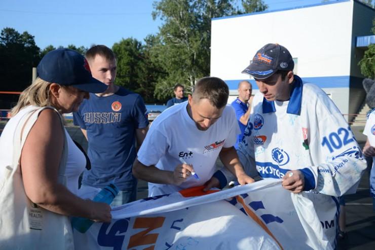 Болельщики встретились с любимой командой, увидели образцы формы, сыграли в волейбол и баскетбол, получили автографы
