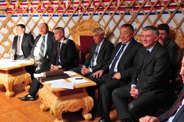 Фото сделано несколько лет назад. На снимке главы округа. По итогам выборов посты сохранили все, кто есть на этой фотографии, кроме мэра Осинского района Виктора Богданова (на фото третий справа). Он свою кандидатуру не выставлял.