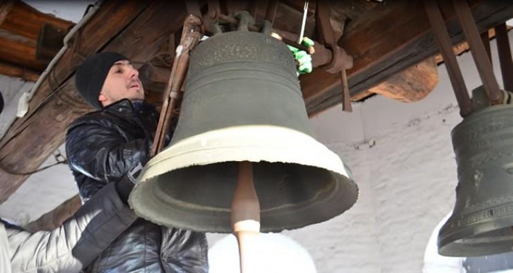 На колокольне Спасской церкви звонит уникальный колокол, надпись на нём гласит: «Лит сей колокол в 1881 году в городе Иркутске. Мастер — иркутский мещанин Иннокентий Горшешников. Вес — 5 пудов 30 фунтов»