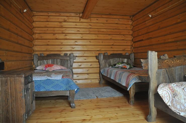 Даже мебель в домах сделана из натурального дерева