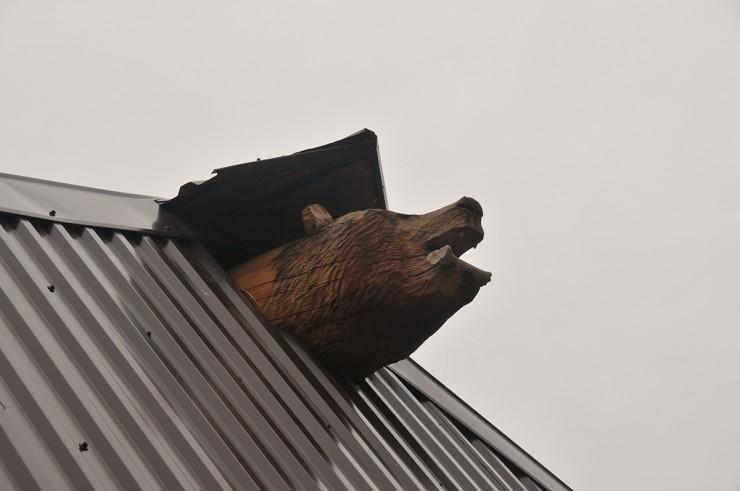 Символ базы — медведя вырезали из дерева местные жители
