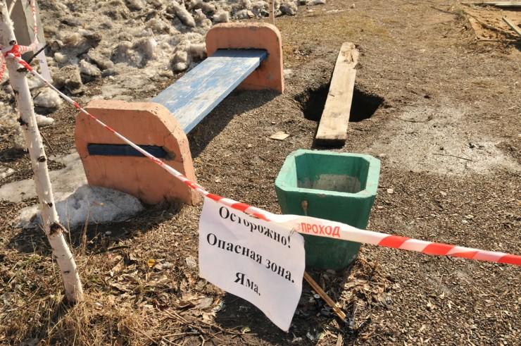 Два года назад, в апреле, провалилась земля в одном дворе на улице 5-Армии, в нескольких метрах от детской площадки. Причиной провала, судя по всему, стал погреб старого дома, который когда-то здесь находился