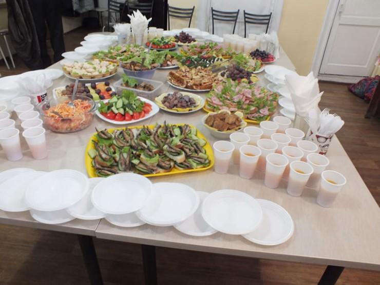 Вот за таким столом отмечали 23 Февраля члены сообщества анонимных алкоголиков в Иркутске. Все традиционно, но существует один строгий запрет — никакого алкоголя не допускается. Из напитков только сок, чай и кофе