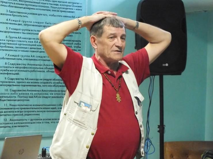 Вел вечеринку вчесть мужского праздника самый веселый человек вИркутске —основатель местной партии дураков Петрович. Аесли Петрович пришел, значит, все будут смеяться отдуши. Неподвел они наэтот раз —шутил итанцевал вместе совсеми. Аеще посоветовал авторам песен истихов создавать свой творческий клуб идаже назначил директором одного изприсутствующих: «Вот жеу вас Сашка —готовый директор клуба сидит, ондаже курить бросил, можно назначать»
