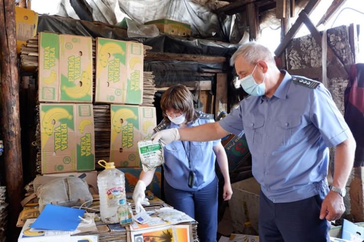 На прошлой неделе специалисты Россельхознадзора вновь побывали в теплицах в Хомутово и на этот раз, кроме так и не убранного хлама, обнаружили еще и укромное место, где находились неизвестные китайские пестициды и агрохимикаты.