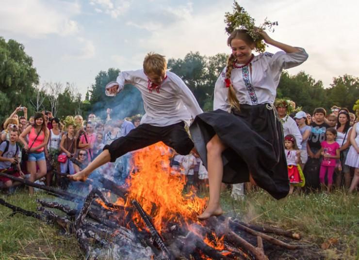 В ночь на Ивана Купалу люди традиционно жгут костры, водят хороводы и плетут венки
