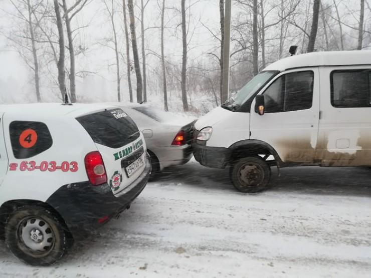 Снегопад, гололед... В понедельник движение в областном центре было затруднено. На многих дорогах из-за аварий образовались пробки.