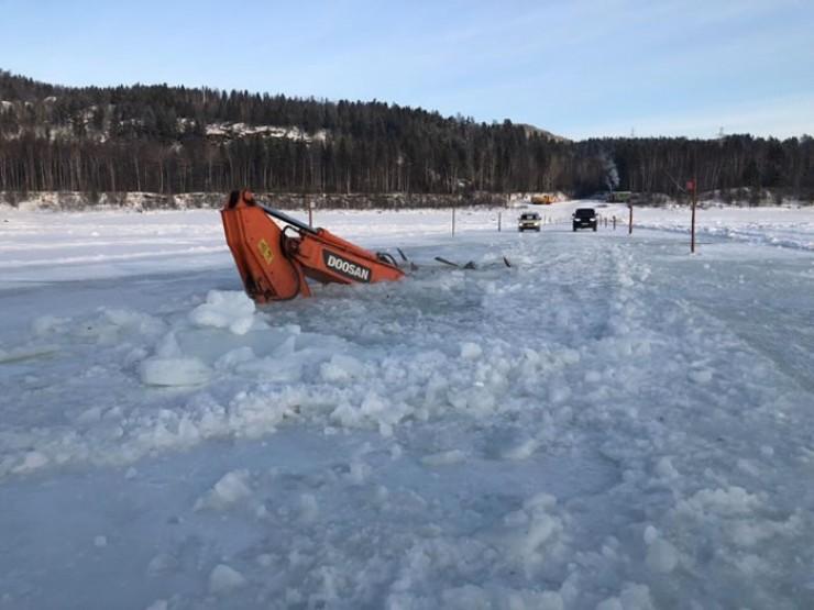 На Витиме экскаватор провалился под лед и затонул на глубину четыре метра.