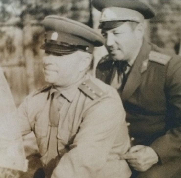 На этой фотографии — Габдулхак Насибулович Хисматулин в милицейской форме советских лет на службе за рулем мотоцикла с коллегой