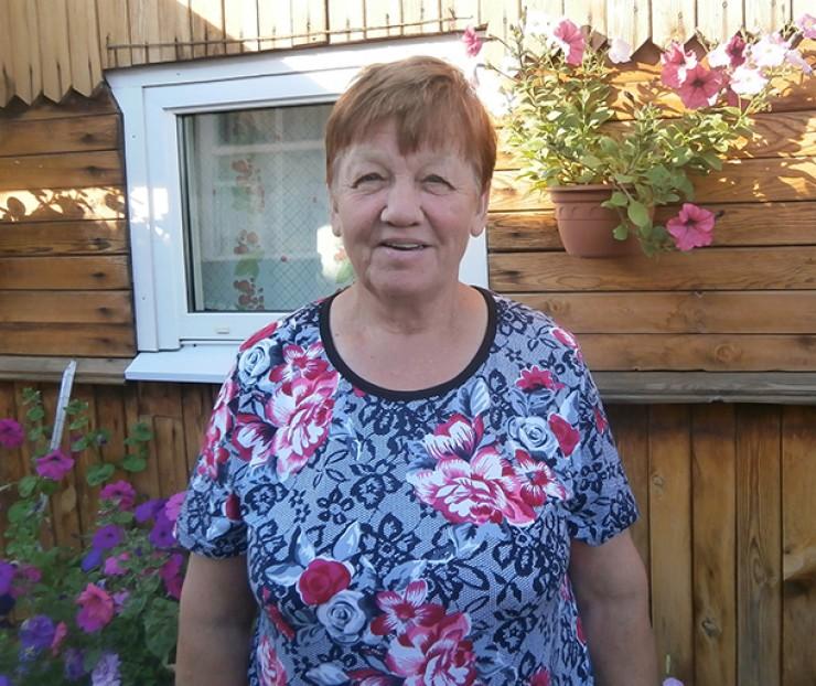 Тетя Дуся осваивала пчеловодство с нуля, а теперь учит всех желающих