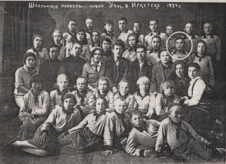 Таня Желбанова в далеком 1934 году (обведена кружочком)