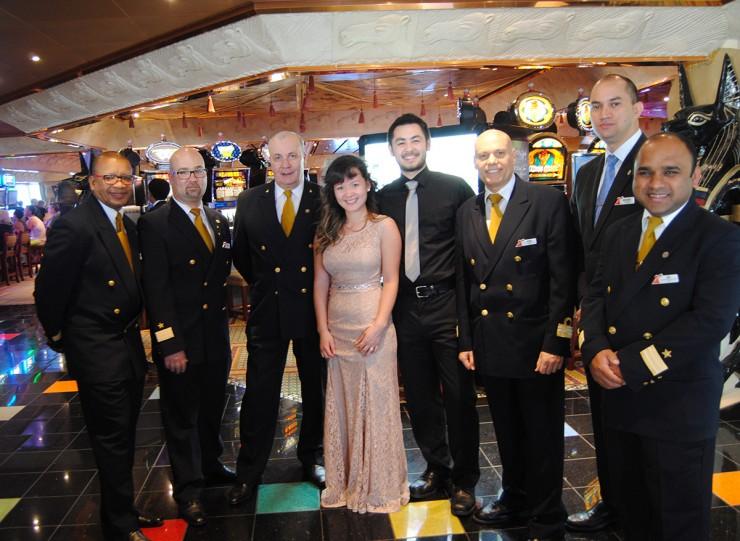 С капитаном лайнера и командой. Капитан — от Лины слева