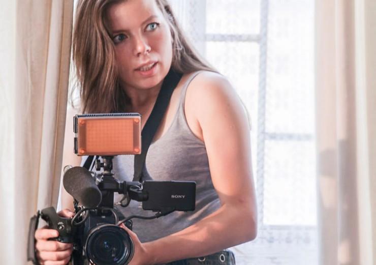 Режиссер документальной картины об иркутской филармонии «Здесь живет музыка» Полина Степанова отмечает, что ее фильм похож на музыкальную шкатулку. «Вместе со съемочной группой зритель заглядывает внутрь нее и наблюдает за тем, как она работает. Движение камеры позволяет наблюдать за инструментами в непривычной крупности, проплывать между исполнителями во время выступления, увидеть рисунок оркестра сверху», — говорит она. Вероятно, потому в одной из рецензий пражского кинофестиваля, где картина принимала участие, критики назвали ее любовным письмом музыке