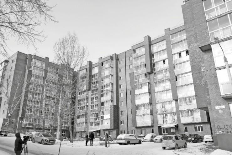 Шесть блок-секций, девять этажей, шестьсот квартир — это дом на Булавина, 10, в Иркутске, судьба которого почти десять лет тревожила местных жителей. Застройщик, не получив всех необходимых разрешений, возвел многоэтажку на земельном участке, который находился  в федеральной собственности и не предусматривал строительства многоквартирного жилья. Из-за этого дом отказывались вводить  в эксплуатацию, а управление Росимущества и вовсе требовало снести «нелегала». Почти 10 лет люди жили в своих квартирах на птичьих правах, не имея ни документов о собственности, ни прописки. Чтобы разрешить ситуацию, власти города внесли изменения в генеральный план Иркутска и через суд обязали Росимущество передать земельный участок под домами в муниципальную собственность. Теперь жильцы на законных основаниях могут оформлять все документы