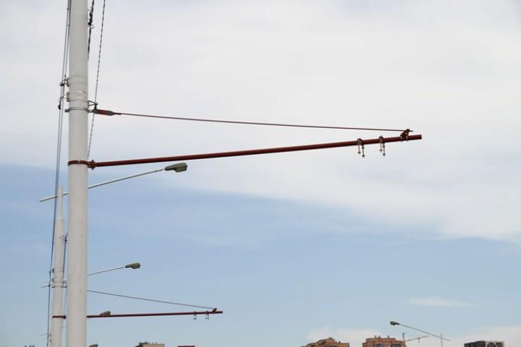Вот эти конструкции, которые так взбудоражили иркутян, часто бывающих на Академическом мосту. Горожане ломали головы и предполагали, что же это может быть. На деле оказалось, что это конструкции для будущей троллейбусной сети, которая будет курсировать от сквера Кирова до микрорайона Университетского. Предполагается, что на новом маршруте будет работать шесть новых низкопольных троллейбусов, а интервал их движения будет от восьми до 15 минут. Общая длительность поездки от сквера Кирова до микрорайона Университетского или в обратном направлении займет от 25 до 30 минут
