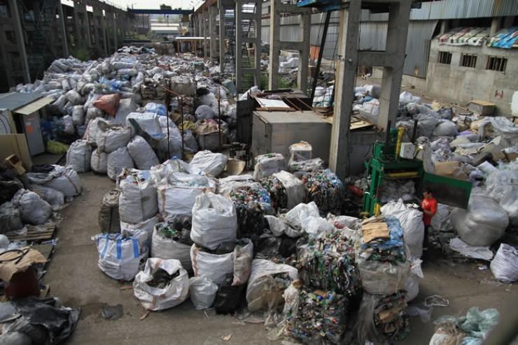 Склад приема вторсырья в иркутском микрорайоне Мельниково занимает 4 тысячи квадратных метров и вмещает 200—300 тонн мусора. Весь он после сортировки и прессовки пойдет на переработку. За один раз отправляют около 20 тонн мусора, а в месяц — около 200—250 тонн. По словам руководителя компании «Вторсырье Иркутск» Василия Сороки, у нас в регионе мусора производится больше, чем имеется возможностей его переработать: «В Иркутской области либо нет такого производства, либо мощности маленькие, поэтому отправляем на переработку в другие регионы. Пластик отправляем в Екатеринбург, картон и пленку — в Новосибирск. Пенопласт вообще пока нигде не перерабатывают»