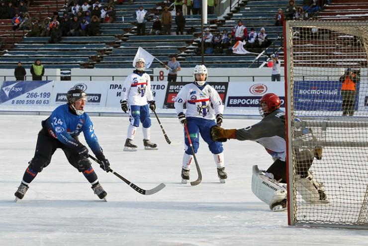 Тимофей Безносов забивает пятый мяч в ворота «Сибсельмаша»