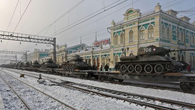Танковая колонна на перроне вокзала станции Иркутск-Пассажирский