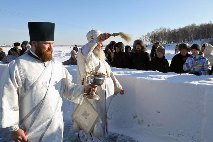 Чин освящения воды в этом году впервые служил владыка Максимилиан, назначенный митрополитом Иркутским  и Ангарским в декабре прошлого года