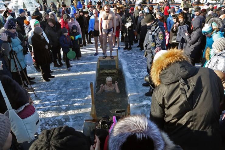 Купание в праздник Крещения стало поистине народной забавой: одни ныряют — другие смотрят