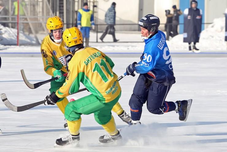 В борьбе за мяч — полузащитник «Байкал-Энергии»  Антон Шевцов (№ 90)